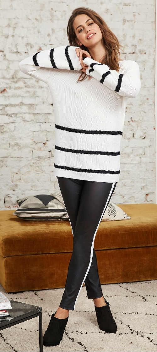 Czarne skórzane legginsy damskie z białym swetrem