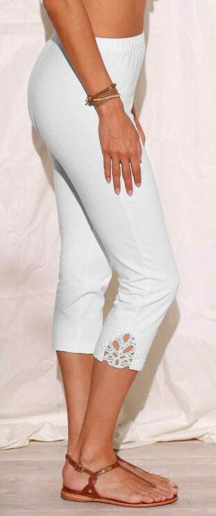 Białe krótkie legginsy damskie z koronką